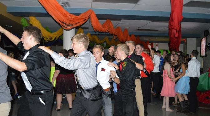 EHS students dance at 2015 Homecoming