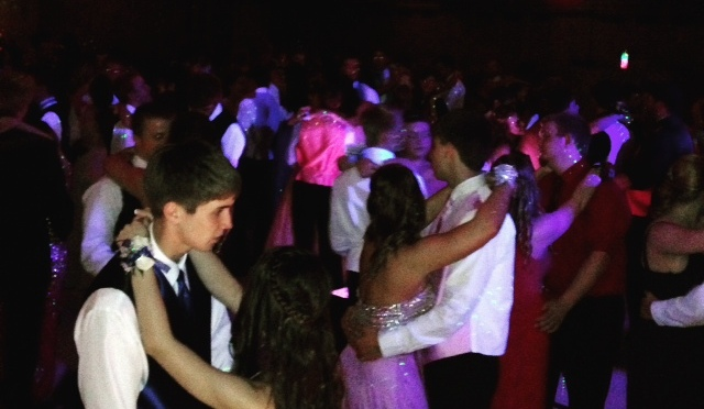 Couples dance at EHS prom 2015.